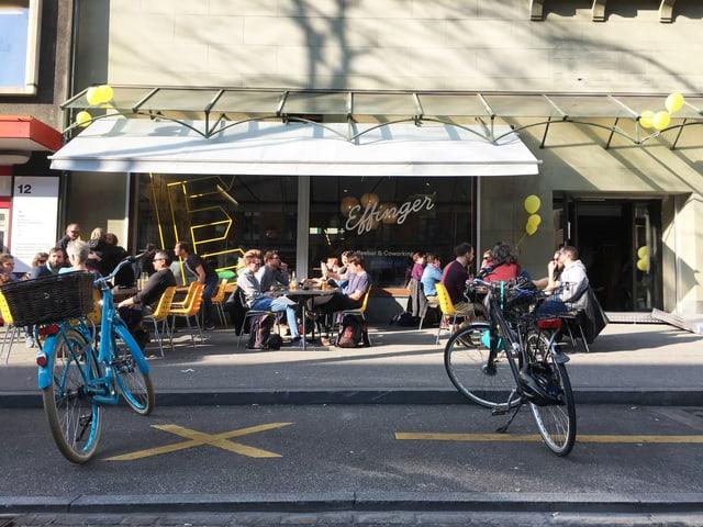 An der Eröffnung vom «Effinger» sitzen Gäste im Kaffee.