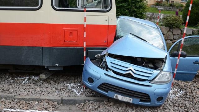 Der Zug, der die rechte Seite des Autos total eingedrückt hat.