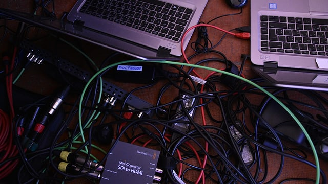 Cabels, computers ed apparats per registrar.