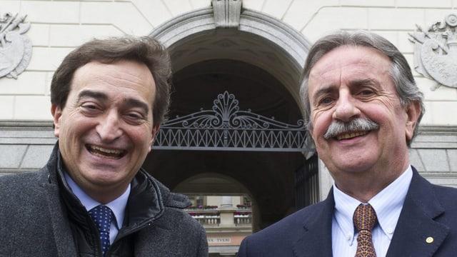 Marco Borradori (links) und Giorgio Giudici posieren vor dem Rathaus in Lugano. (keystone)