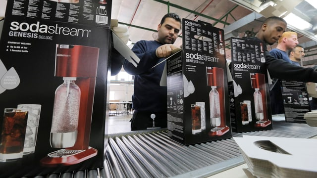 Fabrikarbeiter verpacken Sodastream.