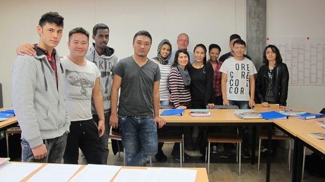 Die Schülerinnen und Schüler posieren für ein Klassenfoto.