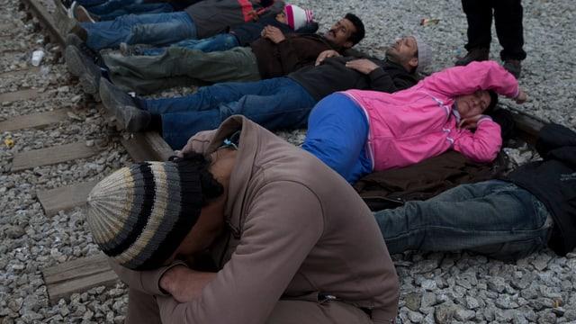 Flüchtlinge blockieren die Bahnschienen