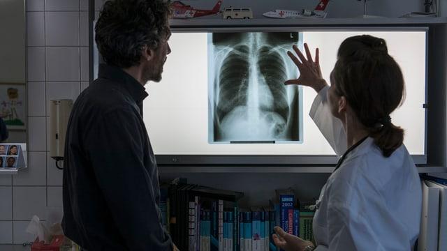 Ärzte vor einem Röntgenbild