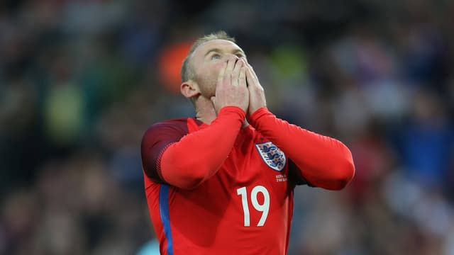Wayne Rooney schlägt die Hände vors Gesicht.