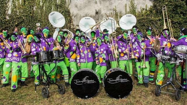 Ils «Tschapatalpas» en gruppa cun constums ed instruments.