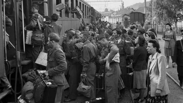 Tren cun internats che parta vers la patria.