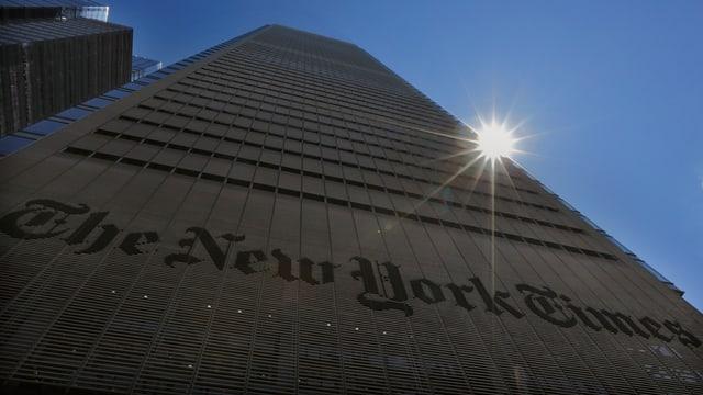 Hochhaus der New York Times in New York, Sonne scheint knapp hinter dem Gebäude hervor.