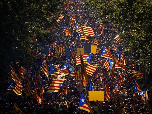 Menschenmassen auf einer Strasse in Barcelona