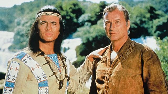 Ein Indianer und ein Cowboy stehen nebeneinander.