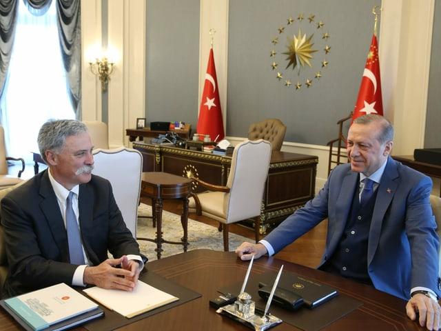Formel-1-Geschäftsführer Chase Carey bei Verhandlungen mit dem türkischen Präsidenten Recep Tayyip Erdogan