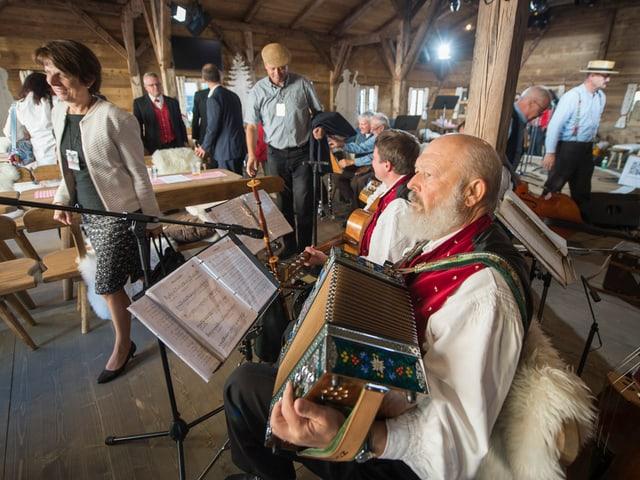 Länderformation spielt in Aarau, im Vordergrund ein Akkordeon-Spieler