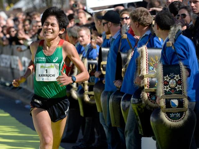 Yuki Kawauchi auf den letzten Metern im Ziel.