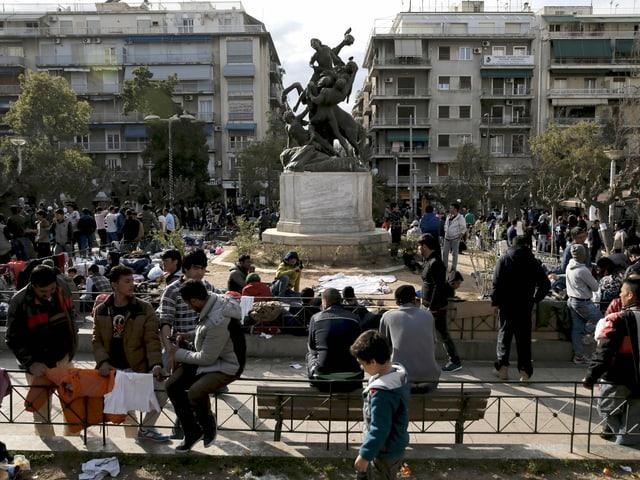 Zahlreiche Flüchtlinge auf dem Viktoria-Platz in Athen