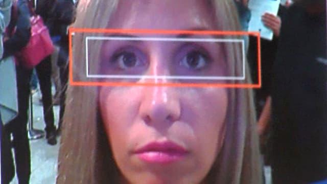 Eine Frau schaut in die Kamera, ihre Augen sind von zwei digitalen Suchfenstern eingefasst.