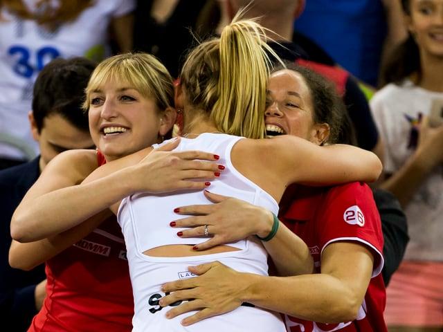 Bacsinszky, Teichmann und Schnyder freuen sich über den Sieg im Doppel.