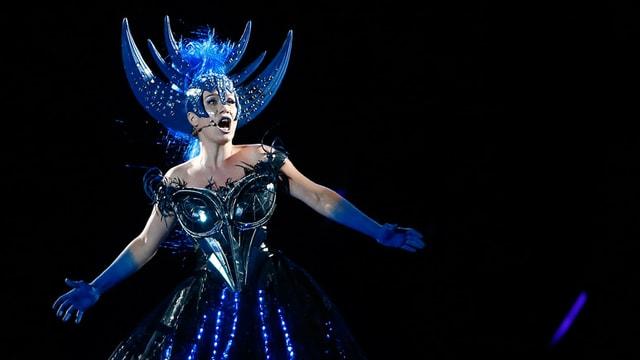 Die Königin der Nacht (Ana Durlovski) singend in einem blauen Kleid.