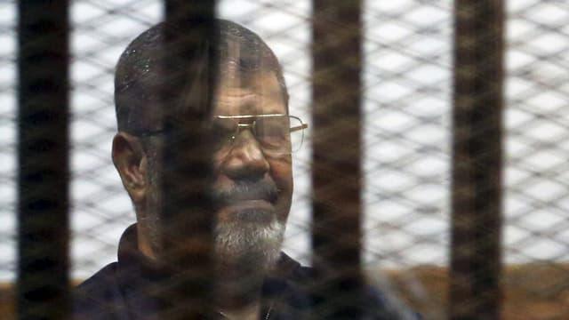 Mursi 2015 bei einer Gerichtsverhandlung in Kairo