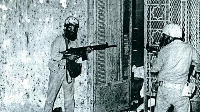 Zwei Soldaten in der Grosse Moschee. Sie sind bewaffnet.