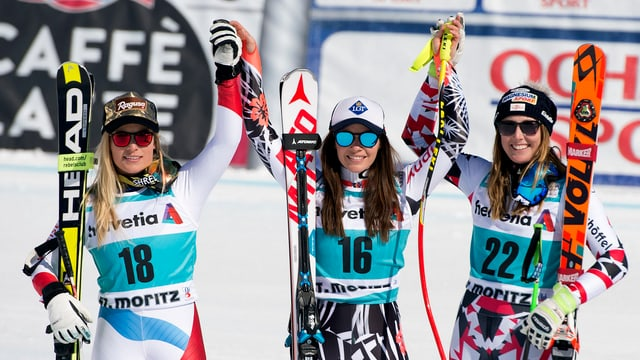 Lara Gut, Tina Weirather und Cornelia Hütter halten sich an den Händen.