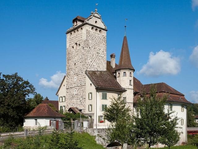 Ein Schloss mit einem markanten Turm.