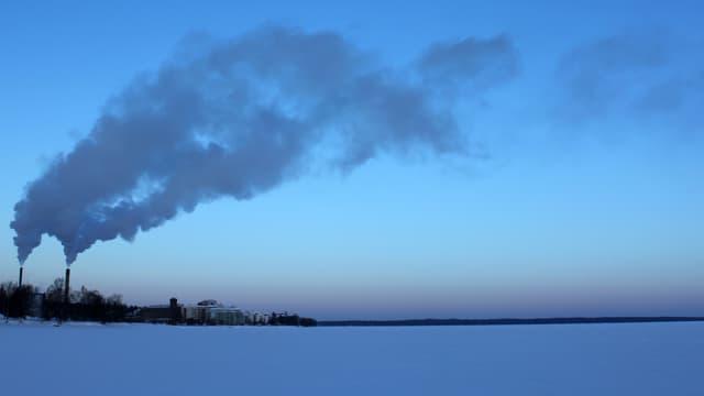 Eine karge Landschaft. An mehreren Orten entweicht Dampf.