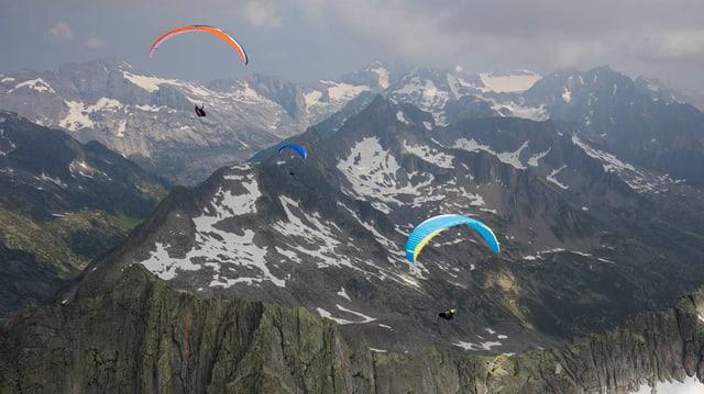 Gleitschirmflieger über den Bergen bei Disentis