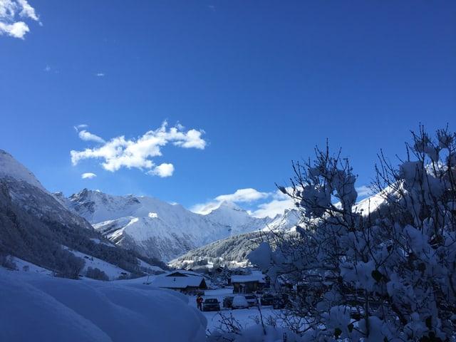 Blauer Himmel und Berge von Schnee: Es scheint als stamme das Bild von Januar oder Februar.