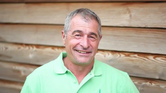 Kurt Deflorin, il schef greenkeeper da la plazza da golf Bunavista a Sagogn.