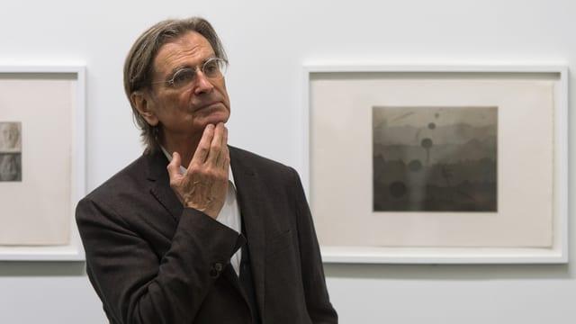 Markus Raetz vor einem seiner Bilder.