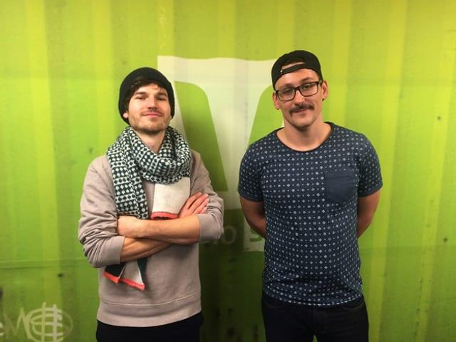 James Gruntz steht mit verschränkten Armen neben Pablo Vögtli im Radiostudio