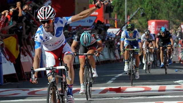 Cancellara überquert im Hintergrund die Ziellinie als Zweiter.