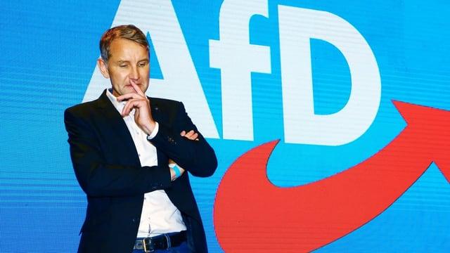Björn Höcke vor dem AfD-Logo