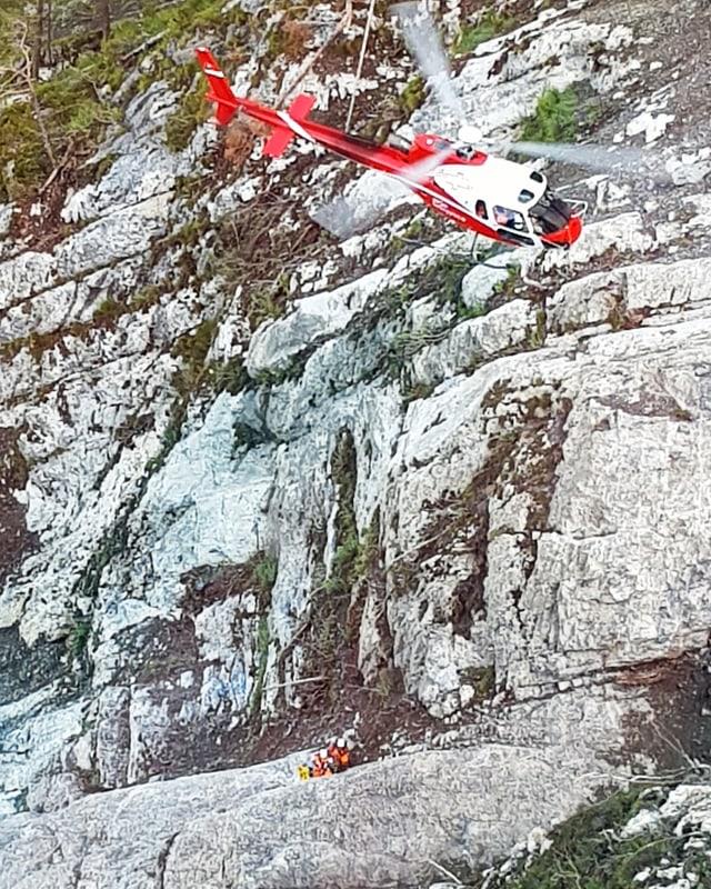 Ein Helikopter bringt Experten zu einem brüchigen Felsen oberhalb der Axenstrasse.