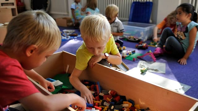 Kinder spielen im Kindergarten.