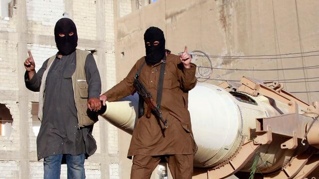Zwei schwarz verhüllte islamistische Kämpfer.