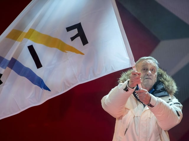 FIS-Präsident Gian-Franco Kasper schwenkt Fahne.