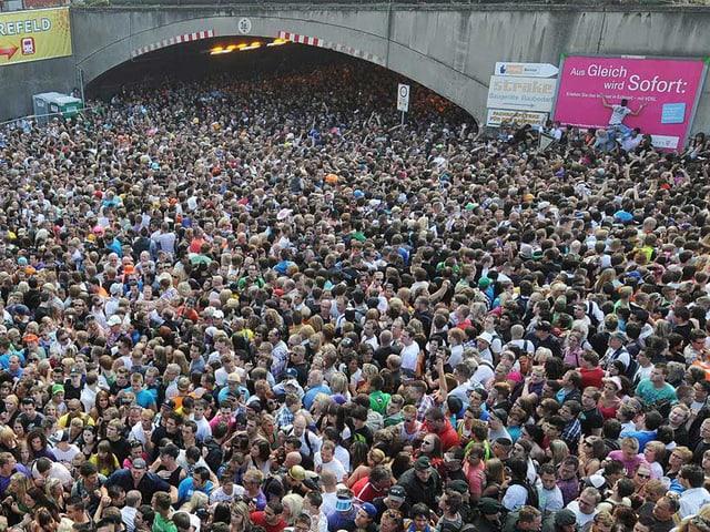 Menschenmenge vor Tunnel