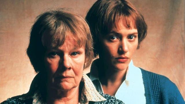 Judi Dench im Vordergrund, hinter ihr Kate Winslet, beide in ihrer Rolle als Iris.