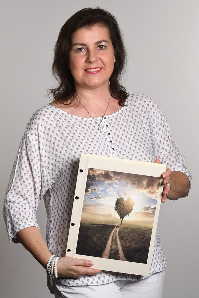 Eine Frau hält ein Buch in den Händen.