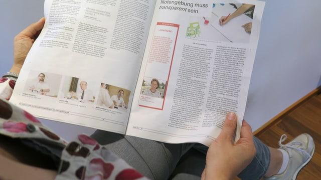 Eine Frau liest in einer Zeitung
