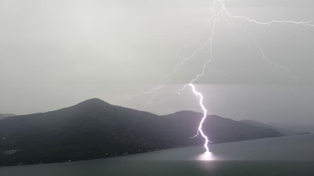 Ein Blitz schlägt in den Lago Maggiore.