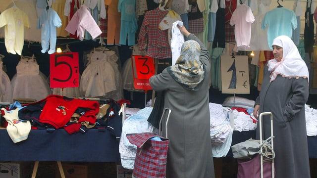 Türkinnen kaufen auf einem Mark in Istanbul Kleider ein.