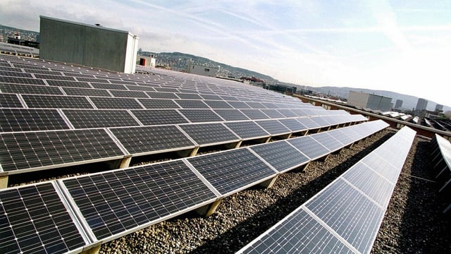 Eine Solaranlage auf einem Flachdach.