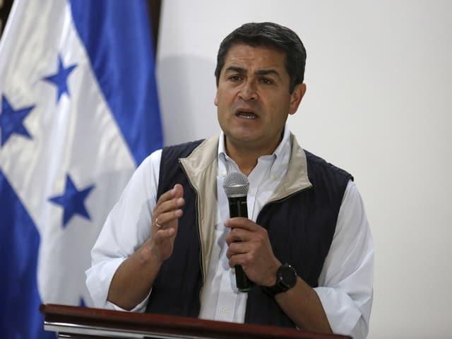 Hernandez nach den Wahlen, vor Honduras-Flagge