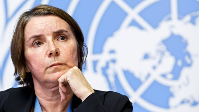 Brustbild von Marchi-Uhel vor der UNO-Fahne.