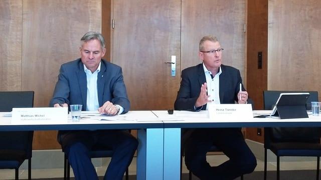 Regierungsräte Matthias Michel und Heinz Tännler während einer Medienkonferenz.