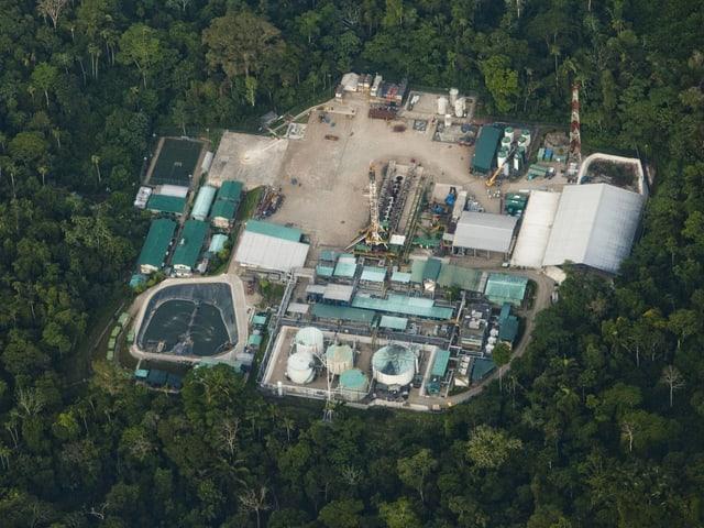 Luftaufnahme einer Anlage zur Erdölförderung im Regenwald von Ecuador.
