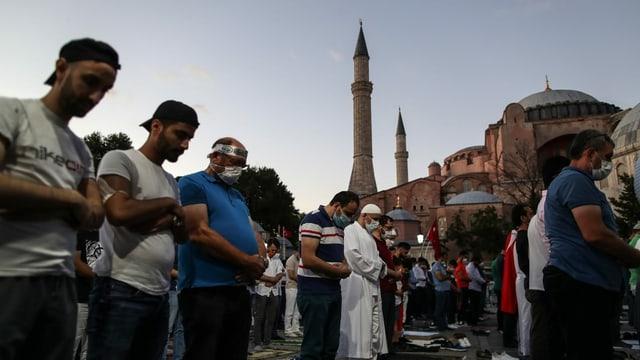 Unterstützer des Entscheids halten ihr Freitagsgebet auf dem Vorplatz der Hagia Sophia ab.