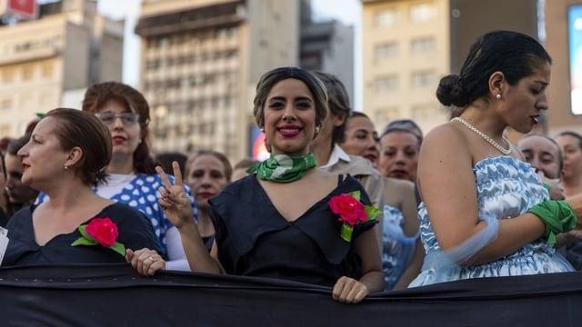 Frauen feiern in Buenos Aires im Evita-Kostüm den 100. Geburtstag der First Lady.